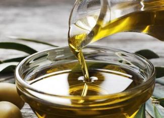 Santorini: Olive Oil and Tourism